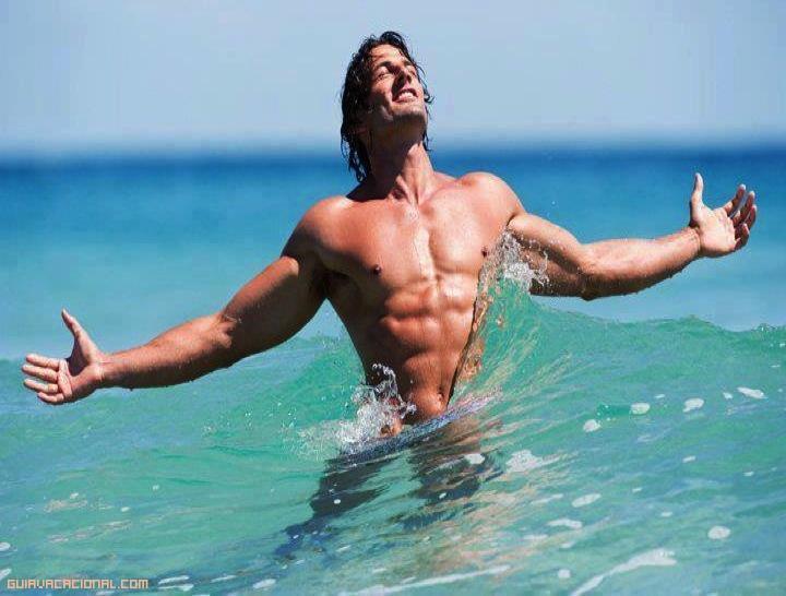 Mujer desnuda en la playa con un coño afeitado - XXX