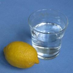 Agua helada con limón