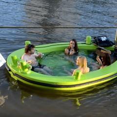 Navegar por los canales holandeses en un jacuzzi flotante