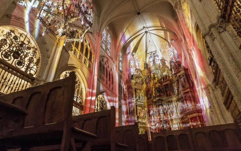 Juego de luces sobre las vidrieras góticas de la catedral de Burgos. Foto: EFE/Santi Otero
