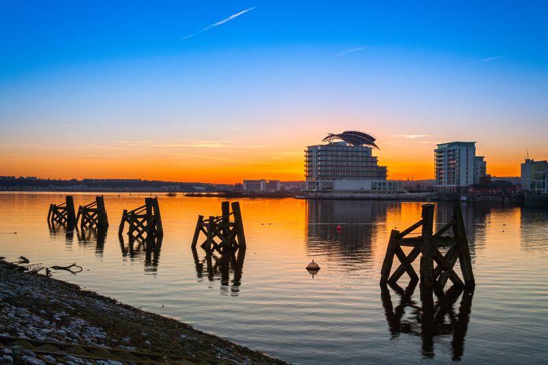 La bahía es una de las zonas más dinámicas de Cardiff con atracciones, restaurantes y tiendas.