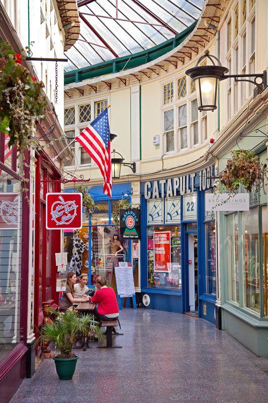 High Street Arcade es un buen sitio en Cardiff para ver tiendas y tomar unas cervezas