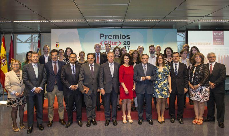 En el centro de la imagen, aparece la Secretaria de Estado de Turismo, Matilde Asían, acompañada –a su derecha-, por el Presidente de IFEMA, Clemente González Soler, los premiados y resto de autoridades asistentes al acto.