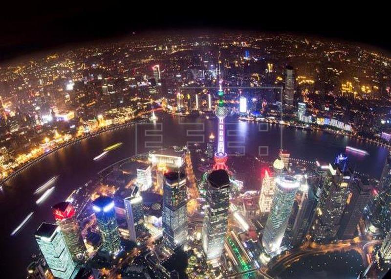 Vista nocturna desde el Observatorio de la torre de Shanghái. Foto:EFE