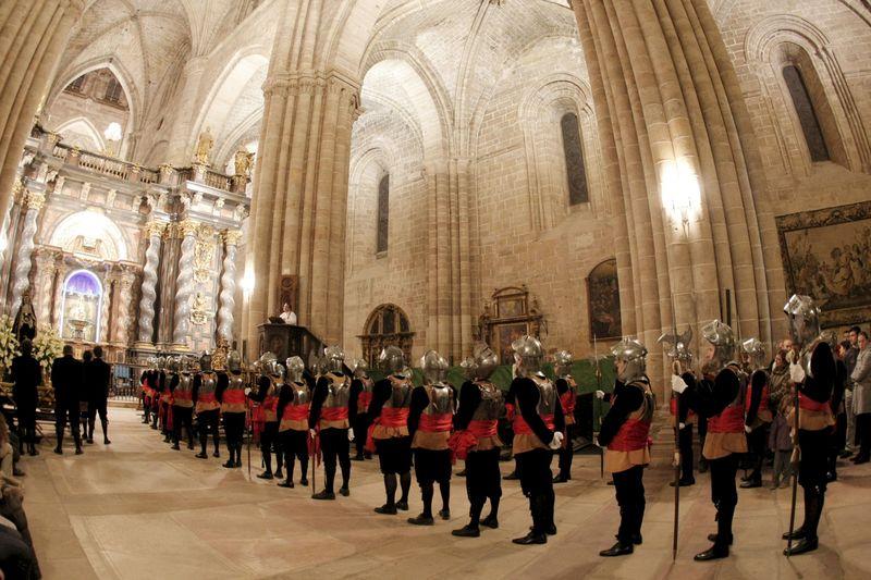 Armaos de Sigüenza forman en la Catedral antes de salir de procesión. Foto: EFE/Javier Lizón