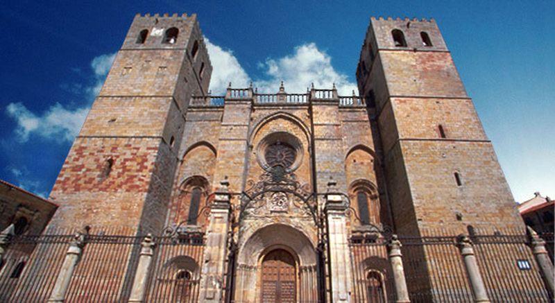 Fachada principal de la Catedral. Foto: lacatedraldesiguenza.com