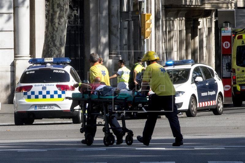 Los servicios de emergencia trasladan a una de las personas afectadas por el atropello de una furgoneta esta tarde por las Ramblas de Barcelona, en un atropello masivo. EFE