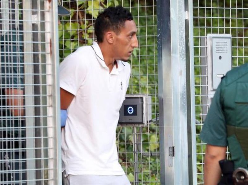 Dris Oukabir, uno de los cuatro detenidos en relación con los atentados yihadistas cometidos el jueves pasado en Barcelona y Cambrils (Tarragona) a su salida de las dependencias policiales de Tres Cantos. EFE