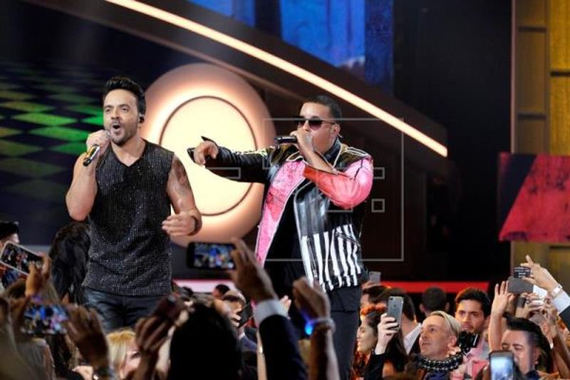 Luis Fonsi y Daddy Yankee cantando Despacito. Foto EFE