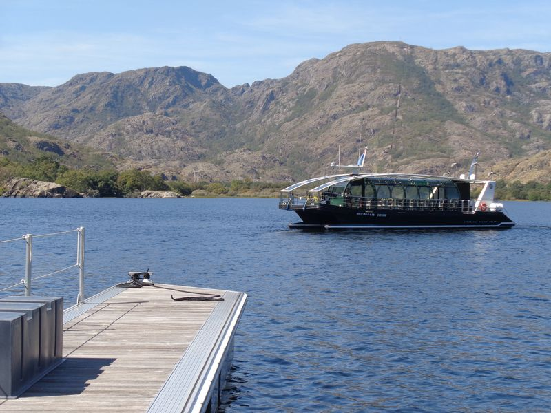 El primer catamarán eólico-solar del mundo, surca las aguas del lago de Sanabria