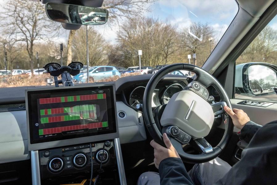 """Los vehículos autónomos de Jaguar Land Rover pueden encontrar un espacio para aparcar y estacionar por si mismos el vehículo sin la intervención del conductor. La demostración del sistema de aparcamiento pilotado es un paso más hacia la realidad del vehículo autónomo, una tecnología que eliminará parte del estrés que genera el tráfico urbano a diario. Las pruebas se han realizado en carreteras abiertas en Milton Keynes, como parte del trabajo efectuado por Jaguar Land Rover con UK Autodrive, un consorcio formado en el Reino Unido para explorar nuevos procesos sobre el vehículo autónomo y tecnologías del coche conectado. Joerg Schlinkheider, Ingeniero Jefe de Jaguar Land Rover para el Coche Autónomo, comentó: """"Estamos invirtiendo mucho en tecnologías de automatización porque queremos simplificar la vida de nuestros clientes y darles más seguridad. Reducir el estrés que genera el día a día en el tráfico de la ciudad y, por ejemplo, la necesidad de aparcar en un espacio estrecho, significa que podremos disfrutar más de la facetas divertidas de nuestros vehículos"""". Jaguar Land Rover también está desarrollando tecnologías de conectividad que ayuden a acelerar la integración de los diferentes sistemas de conducción autónoma. Estos sistemas permiten a los distintos vehículos comunicarse entre ellos y el entorno en el que se hallen, ofreciendo a los conductores la información correcta en tiempo real y facilitando que el vehículo reaccione de forma más rápida y eficiente. La compañía ha probado dos sistemas en Milton Keynes: el Aviso de Vehículo de Emergencia y la Luz Electrónica del Freno de Emergencia. El Aviso de Vehículo de Emergencia (EVW) alerta al conductor cuando un vehículo de emergencia, como por ejemplo una ambulancia, se acerca y, además, nos indica desde qué dirección viene. La Luz Electrónica del Freno de Emergencia genera un aviso cuando otro vehículo conectado frena de forma brusca, facilitando al resto de conductores unos segundos adicionales para poder anti"""