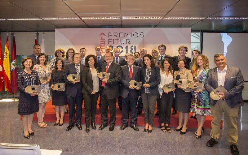 Premiados y autoridades en la entrega del los Premios Fitur 2018