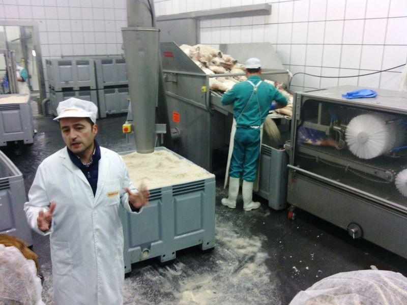 Cecilio Mangas, Gerente de Montesano, en la estación de salazón de la fábrica.
