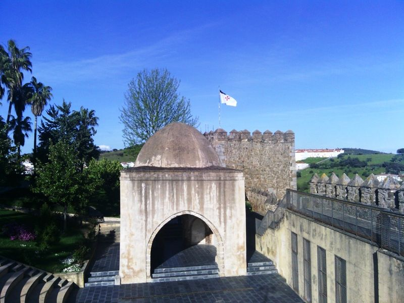 Morabito, en primer término, y Torre Sangrienta con la bandera templaria