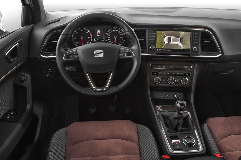 Eel volante deportivo multifunción del Seat Ateca FR está forrado en cuero con costuras en rojo