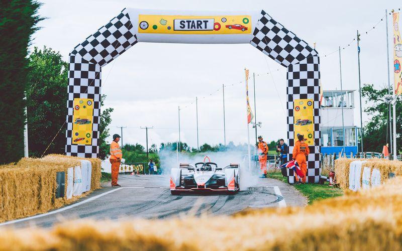 El Mahindra M5Electro en la pista del Festival CarFest South