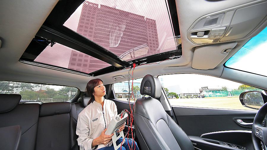 El sistema está basado en un techo solar traslúcido para vehículos con motor de combustión interna. La intención de Hyundai Motor y Kia Motors es introducir, en determinados modelos del grupo, paneles solares generadores de electricidad colocados en el techo o capó destinados a coches de combustión interna, híbrida y eléctrica ¿Su fin? Proporcionar carga adicional que aumente su eficiencia y autonomía. El sistema de carga solar se compone de un panel, un controlador y una batería. La electricidad se produce cuando la energía del sol incide en la superficie del panel que la convierte en energía gracias a los fotones del astro rey creando de esta forma los pares de electrones en las celdas de silicio que generan eléctricidad. La idea de Hyundai es lanzar la primera generación de esta tecnología en sus vehículos en la década de 2020 que, además del aporte energético, reducirá las emisiones de de CO2 ¡Todo un invento!
