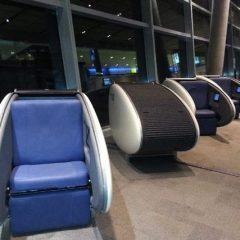 El aeropuerto de Abu Dhabi ofrece sillas-cápsulas a sus pasajeros