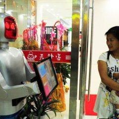 Un restaurante chino utiliza robots para elaborar platos y servir las mesas
