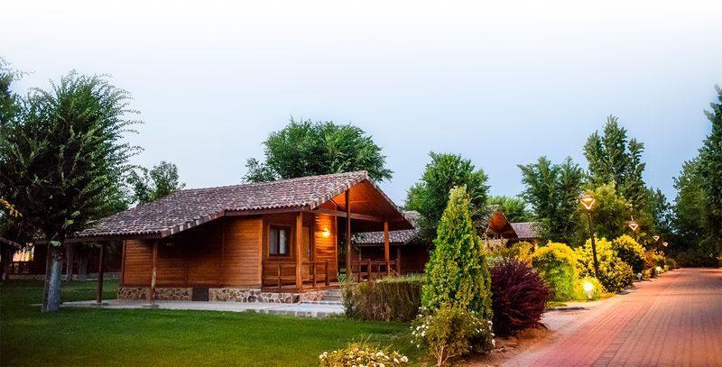 Las habitaciones de La Cigüeña son bungalows de madera