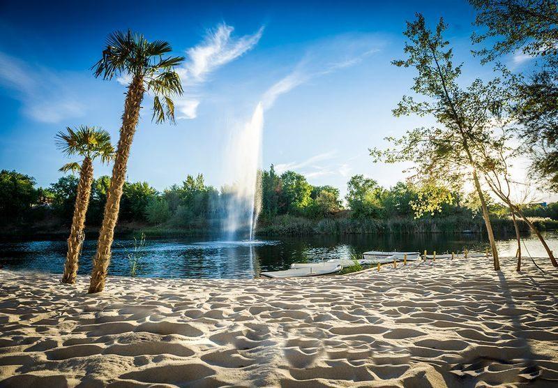 La Cigüeña está ubicada junto a una de las lagunas del Parque Regional del Sureste de la Comunidad de Madrid