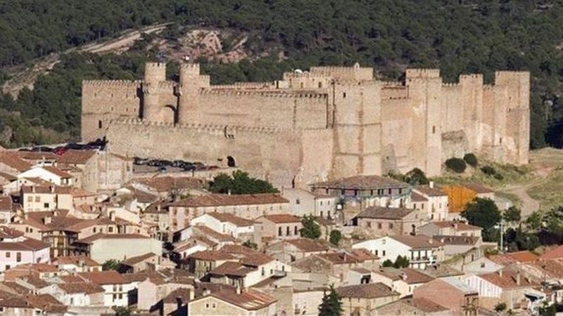 El Castillo de Sigüenza, actual Parador de Turismo, destaca majestuoso sobre los tejados de la población. Foto: Paradores.