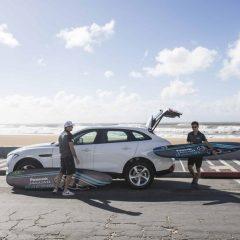 Los pilotos de Panasonic Jaguar Racing surfean con tablas recicladas